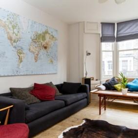 Карта мира на стене гостиной