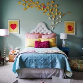 Бабочки из цветной бумаги на стене спальни