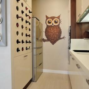 Сова на стене кухни в квартире