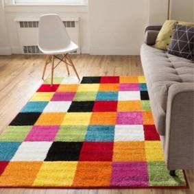 Яркий орнамент на коврике из лоскутов