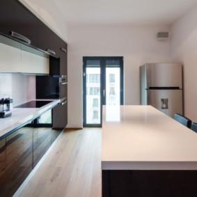Блестящая поверхность кухонной столешницы