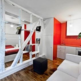 Перегородка из дерева в квартире студии