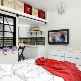 Стеллаж под потолком однокомнатной квартиры