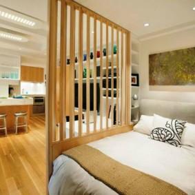 Зонирование комнаты деревянной перегородкой