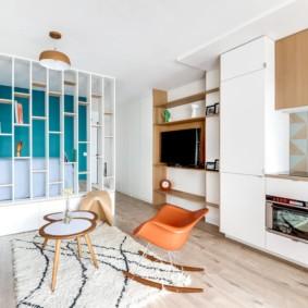 Современное кресло-качалка в гостиной комнате