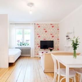 Кухонный стол белого цвета