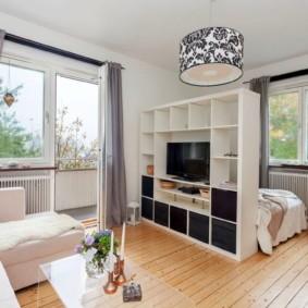 Стеллаж в роли разделителя пространства комнаты