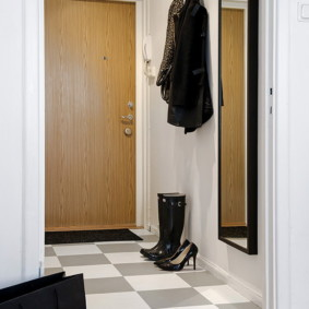 Небольшая прихожая в современной квартире