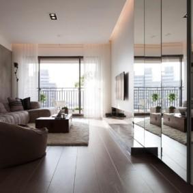 Темный пол из ламината в квартире многоэтажного дома