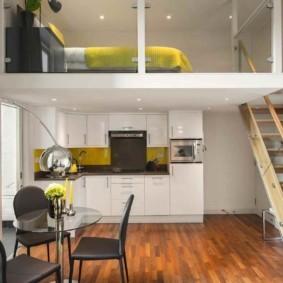 Деревянная лестница на второй ярус квартиры