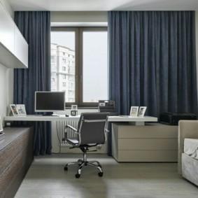 Письменный стол у окна с темными шторами