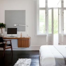 Подвесной стол на стене спальни