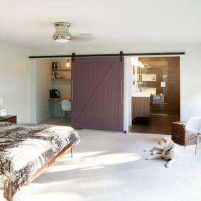 Деревянная сдвижная дверь в просторной спальне