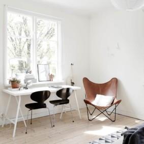 Черные стульчики за белым столом