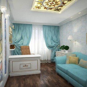 Прямой диван с голубой обивкой