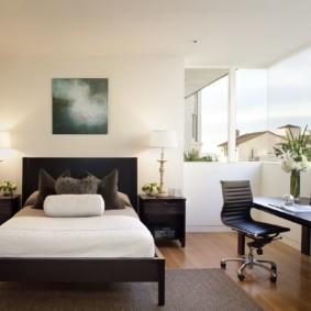 Узкая кровать в спальне квартиры