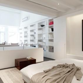 Светлая спальня с полноценным кабинетом