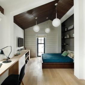 Спальня-кабинет в мансарде частного дома
