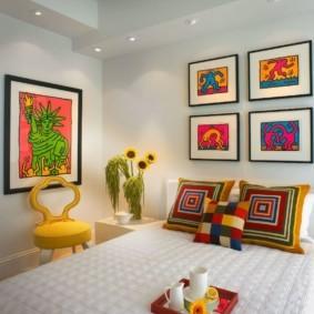 Декоративные подушки с ярким принтом
