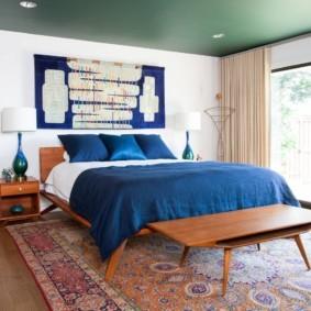 Синее покрывало на широкой кровати