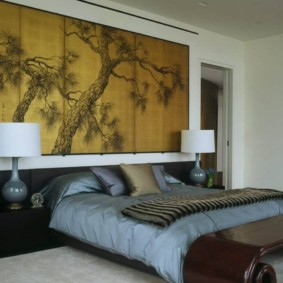 Деревянное панно на стене спальни