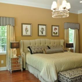 Полосатый ламбрекен на окне спальни