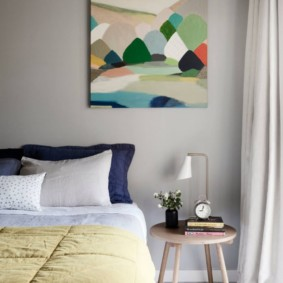 Абстракция в интерьере спальной комнаты