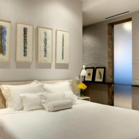 Белые подушки на двухспальной кровати