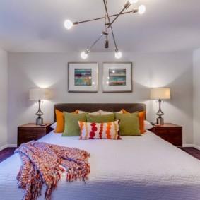 Однотонный интерьер спальни с низким потолком