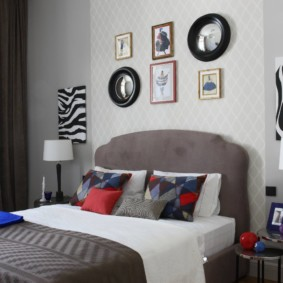 Зеркала и картины над изголовьем кровати