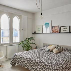Спальная комната с арочными окнами