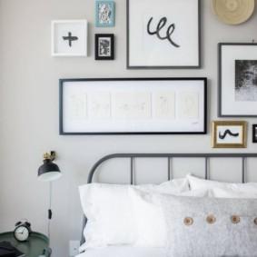 Белые подушки на металлической кровати