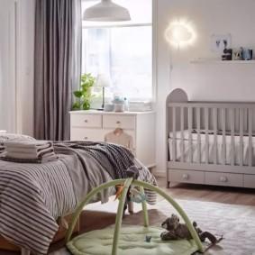 Серый текстиль в спальном помещении