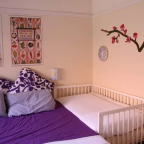 Рисунок ветки сакуры на стене комнаты