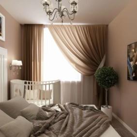Коричневые занавески на окне спальни