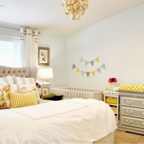 Декоративные подушки на кровати родителей