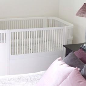 Белая кроватка с высокими бортиками