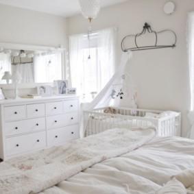 Белая мебель в светлой спальне
