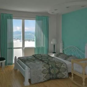 Бирюзовые шторы в просторной спальне