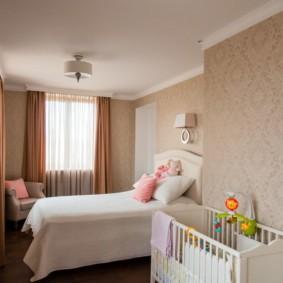 Детская кроватка вдоль стены в спальне