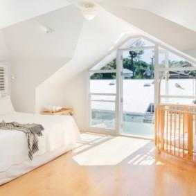 Кроватка для младенца в мансарде частного дома