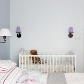 Деревянная детская кроватка в спальне супругов