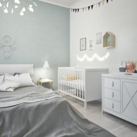 Светлые однотонные стены в спальной комнате