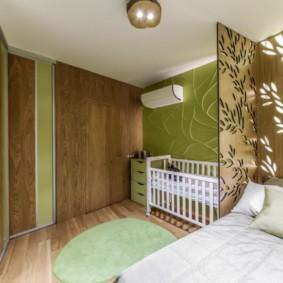 Стеклянная панель около кровати родителей