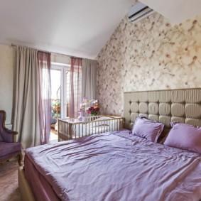 Сиреневый текстиль в спальной комнате