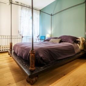 Массивная кровать на деревянном каркасе