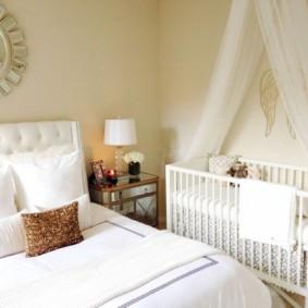 Детская кроватка белого цвета