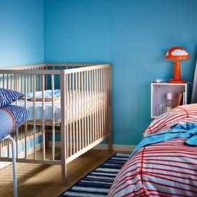 Детская кроватка в углу спальни