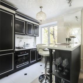 Черная мебель в кухне однокомнатной квартиры