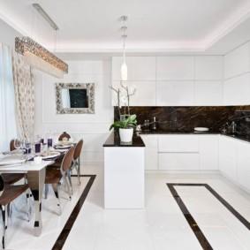 Черный фартук в кухне с белым гарнитуром